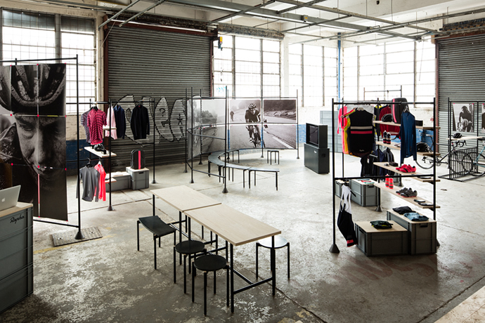 Pop-up store in an elegant aluminium look